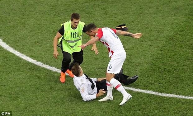 World Cup 2018: Đột nhập vào sân bóng, fan cuồng suýt ăn đòn của cầu thủ Croatia - Ảnh 3.