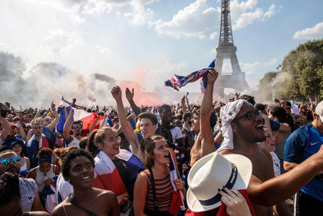 Xúc động cảnh ăn mừng cuồng nhiệt của hàng trăm ngàn CĐV Pháp ở Paris - Ảnh 8.