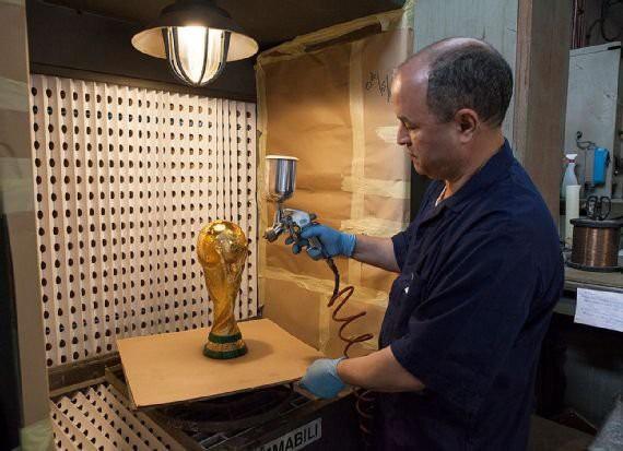 Cúp vàng của World Cup 2018 được tạo ra như thế nào? - Ảnh 15.