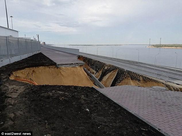 Sân vận động World Cup 2018 tại Nga bị tàn phá nghiêm trọng chỉ sau một cơn mưa - Ảnh 4.