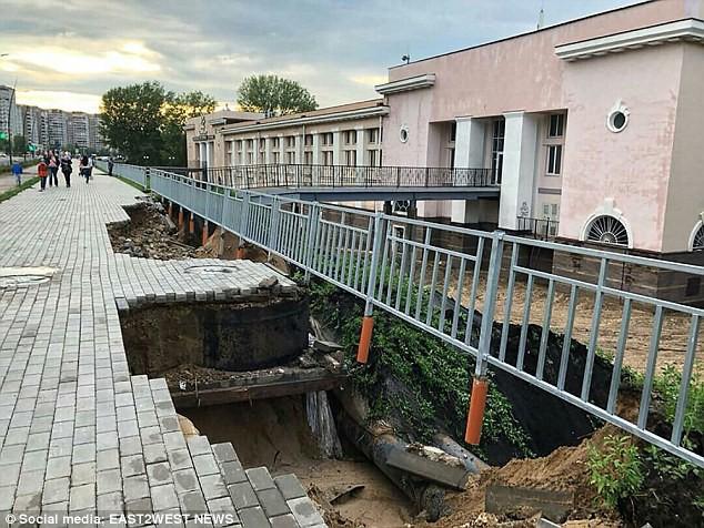 Sân vận động World Cup 2018 tại Nga bị tàn phá nghiêm trọng chỉ sau một cơn mưa - Ảnh 9.