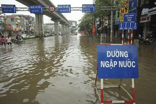 Cảnh báo ngập lụt ở nhiều tuyến đường nội thành Hà Nội sau cơn mưa lớn suốt đêm - Ảnh 1.