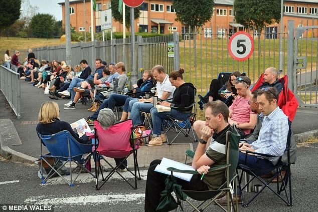 Anh: Hàng trăm phụ huynh xếp hàng trước cổng trường từ 3h sáng để giành suất ăn sáng miễn phí cho con - Ảnh 2.