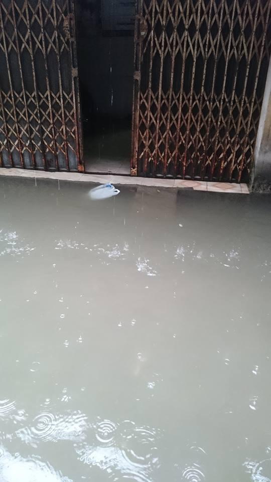 Cảnh báo ngập lụt ở nhiều tuyến đường nội thành Hà Nội sau cơn mưa lớn suốt đêm - Ảnh 13.