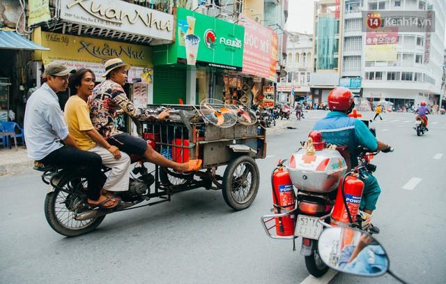 đầu tư giá trị - photo 1 15322434756601789151043 - Ông cụ nhặt rác và chú vẹt ở Sài Gòn trên chiếc xe cứu thương đáng yêu được chế tạo từ phế liệu