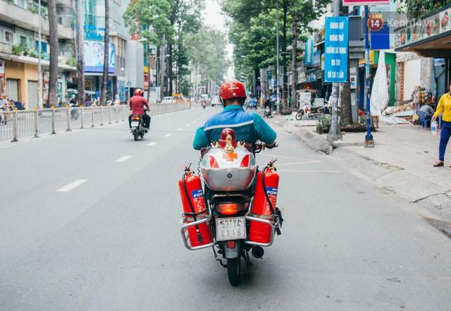 đầu tư giá trị - photo 10 15322434756851492290481 - Ông cụ nhặt rác và chú vẹt ở Sài Gòn trên chiếc xe cứu thương đáng yêu được chế tạo từ phế liệu
