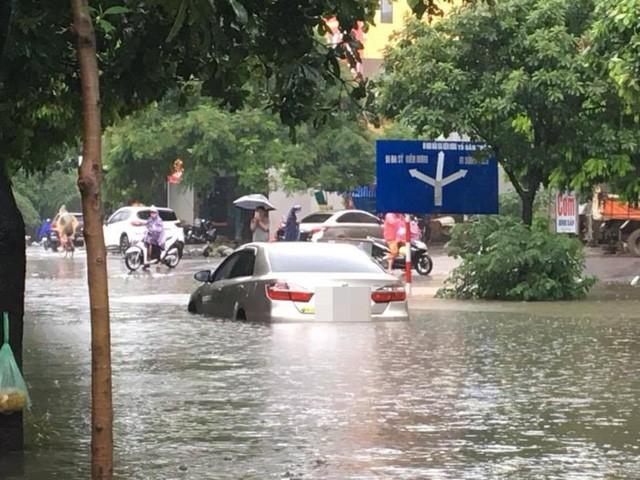 Hà Nội mưa lớn, xế sang cũng bơi giữa những con phố nay đã biến thành sông  - Ảnh 3.