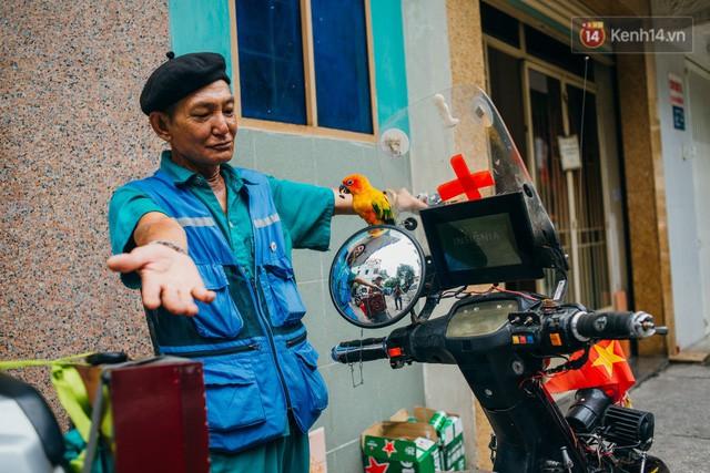 đầu tư giá trị - photo 2 15322434756631418704174 - Ông cụ nhặt rác và chú vẹt ở Sài Gòn trên chiếc xe cứu thương đáng yêu được chế tạo từ phế liệu