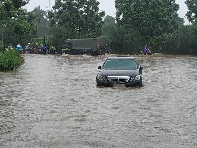 Hà Nội mưa lớn, xế sang cũng bơi giữa những con phố nay đã biến thành sông  - Ảnh 4.