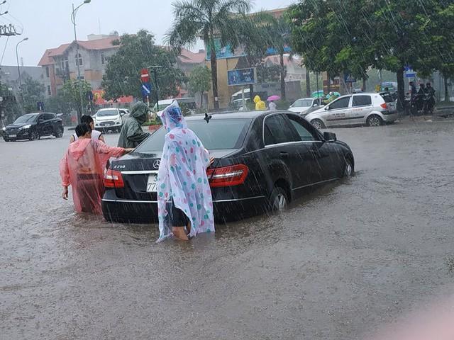 Hà Nội mưa lớn, xế sang cũng bơi giữa những con phố nay đã biến thành sông  - Ảnh 5.