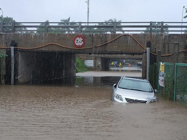 Hà Nội mưa lớn, xế sang cũng bơi giữa những con phố nay đã biến thành sông  - Ảnh 6.