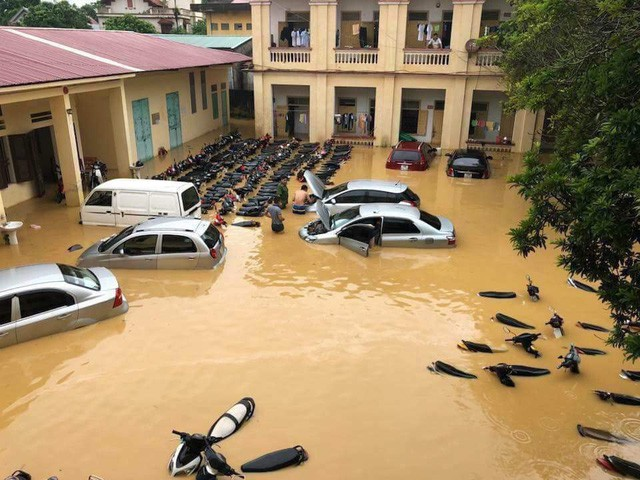 Hà Nội mưa lớn, xế sang cũng bơi giữa những con phố nay đã biến thành sông  - Ảnh 7.