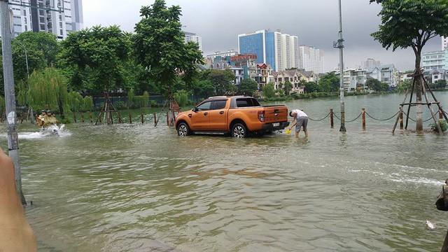 Hà Nội mưa lớn, xế sang cũng bơi giữa những con phố nay đã biến thành sông  - Ảnh 8.