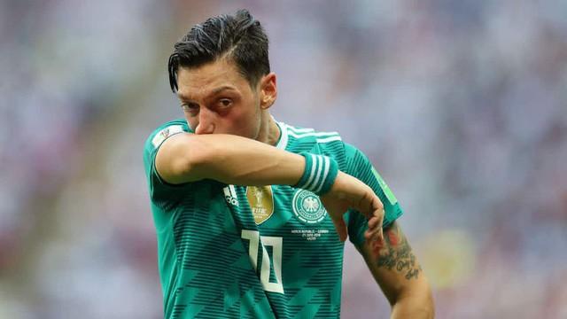 Người hâm mộ thế giới phẫn nộ khi Ozil từ giã tuyển Đức trong uất nghẹn - Ảnh 1.