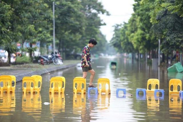 Những hình ảnh hiếm thấy trên đường phố sau trận ngập lụt kinh hoàng tại miền Bắc  - Ảnh 8.