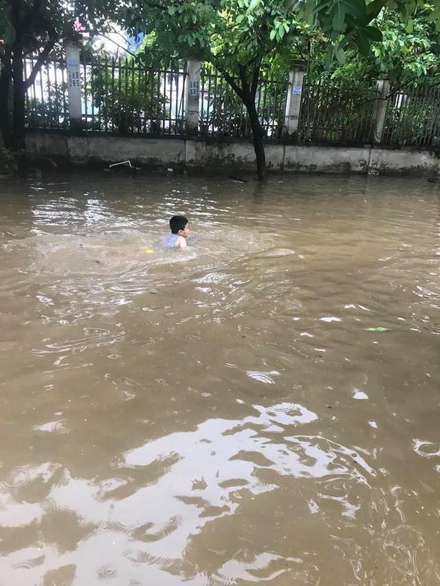 Những hình ảnh hiếm thấy trên đường phố sau trận ngập lụt kinh hoàng tại miền Bắc  - Ảnh 9.