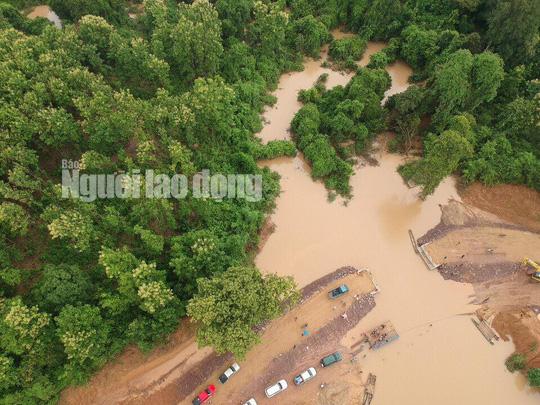 Tường thuật từ nơi vỡ đập thủy điện Lào: Chỉ còn cách dùng trực thăng, ca-nô để cứu người - Ảnh 1.