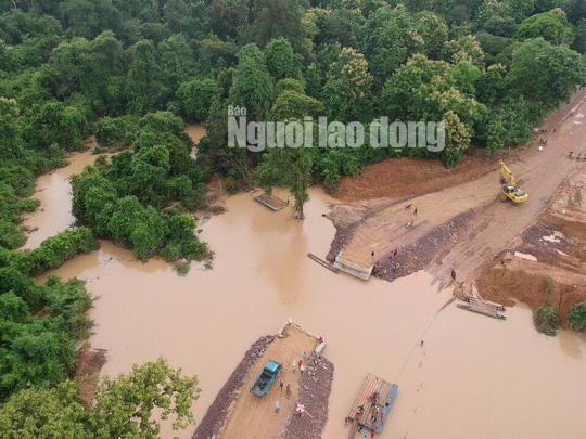 Tường thuật từ nơi vỡ đập thủy điện Lào: Chỉ còn cách dùng trực thăng, ca-nô để cứu người - Ảnh 2.
