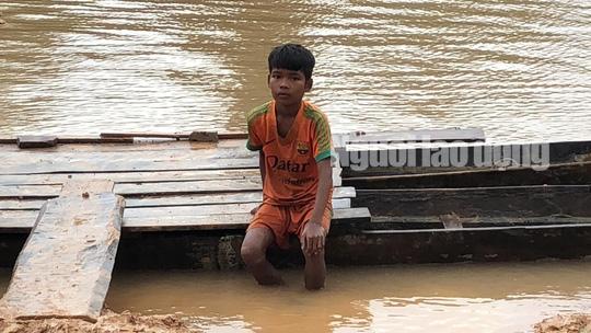 Tường thuật từ nơi vỡ đập thủy điện Lào: Chỉ còn cách dùng trực thăng, ca-nô để cứu người - Ảnh 4.