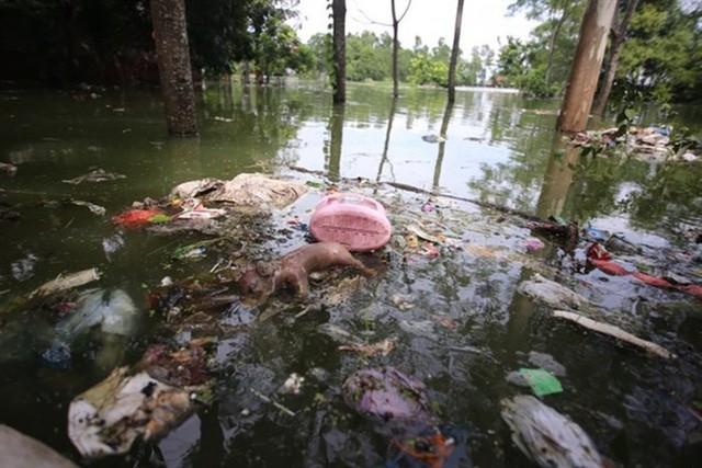Hà nội: Ngập lụt, hàng nghìn người dân ăn mì tôm qua ngày - Ảnh 1.