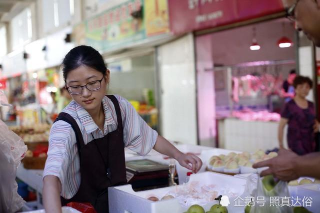 Vừa ôn thi đại học vừa bán trái cây ở chợ, nữ sinh lớp 12 kiếm hơn 100 triệu mỗi tháng - Ảnh 1.