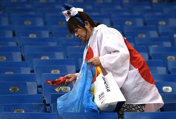 đầu tư giá trị - photo 10 15305816479071279581330 - Ngưỡng mộ hình ảnh CĐV Nhật Bản vừa khóc nức nở, vừa dọn sạch rác trên khán đài