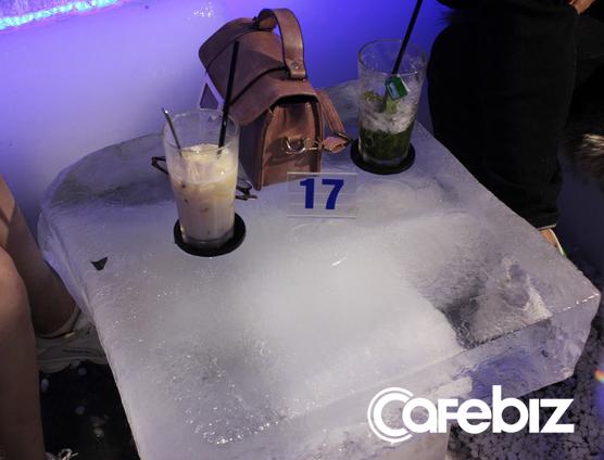 3 sinh viên ĐH Kiến trúc bỏ cả tỷ đồng mở Ice Coffee: Quán -10 độ C nên khách chỉ ngồi được 15 phút rồi ra, đón 1.000 khách/ngày cuối tuần khi Hà Nội nóng đỉnh điểm - Ảnh 3.