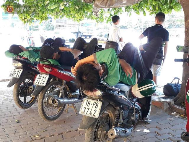 Ảnh: Những giấc ngủ trưa nhọc nhằn dưới tán cây, gầm cầu của người lao động trong đợt nắng nóng đỉnh điểm ở Thủ đô - Ảnh 10.