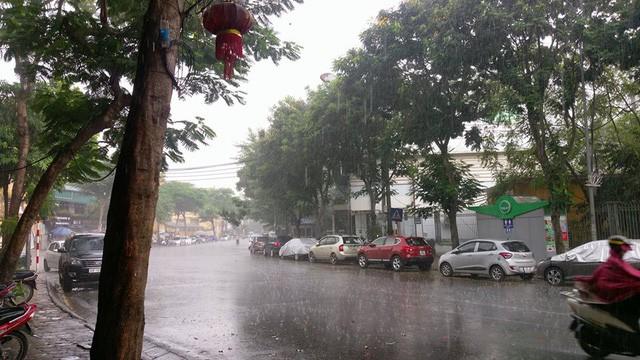 Thủ đô Hà Nội đón cơn mưa giải nhiệt đầu tiên sau những ngày nắng bỏng da rát thịt - Ảnh 4.