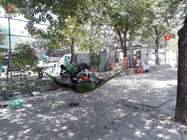 Ảnh: Những giấc ngủ trưa nhọc nhằn dưới tán cây, gầm cầu của người lao động trong đợt nắng nóng đỉnh điểm ở Thủ đô - Ảnh 4.