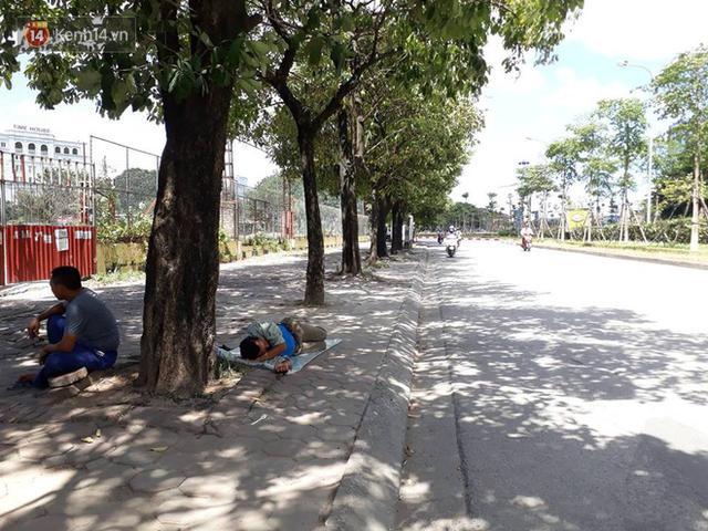 Ảnh: Những giấc ngủ trưa nhọc nhằn dưới tán cây, gầm cầu của người lao động trong đợt nắng nóng đỉnh điểm ở Thủ đô - Ảnh 5.