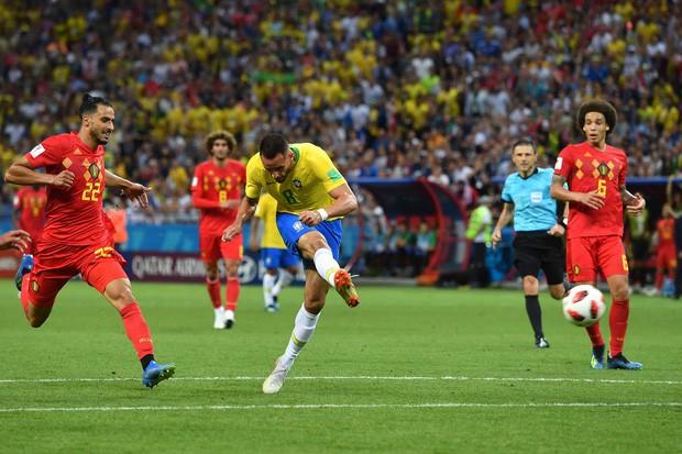 đầu tư giá trị - photo 1 1531106618045775557486 - SỐC: Fan Brazil ném đá chai lọ vào xe bus chở Neymar và đồng đội ngày về nước