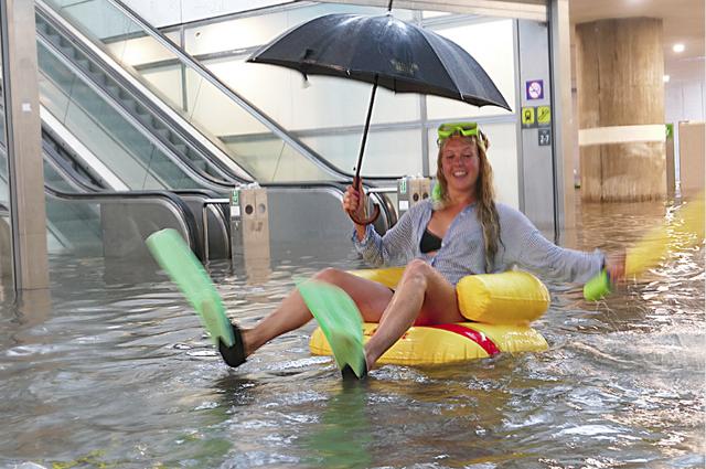 Nhà ga ở Thụy Điển biến thành bể bơi công cộng sau mưa lớn - Ảnh 3.