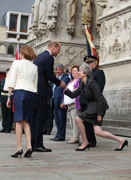 Thủ tướng Anh khom mình bắt tay các thành viên Hoàng tộc: Người không hiểu chuyện thì cười cợt, số khác lại thán phục lễ nghi của bà May - Ảnh 1.