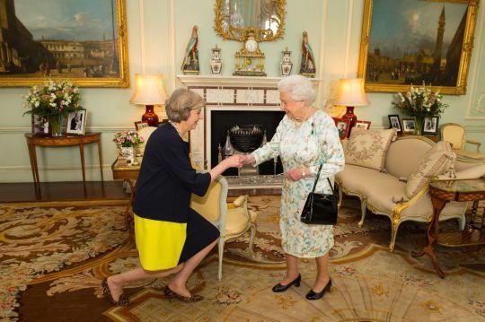 Thủ tướng Anh khom mình bắt tay các thành viên Hoàng tộc: Người không hiểu chuyện thì cười cợt, số khác lại thán phục lễ nghi của bà May - Ảnh 2.