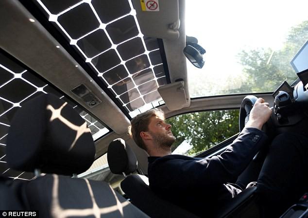 Xe ô tô được lắp 330 tấm pin năng lượng mặt trời, tự sạc cả trong lúc đi - Ảnh 1.