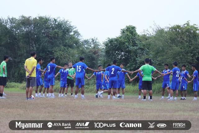 Sau Việt Nam, đến lượt Olympic Myanmar phải tập trên mặt ruộng - Ảnh 1.