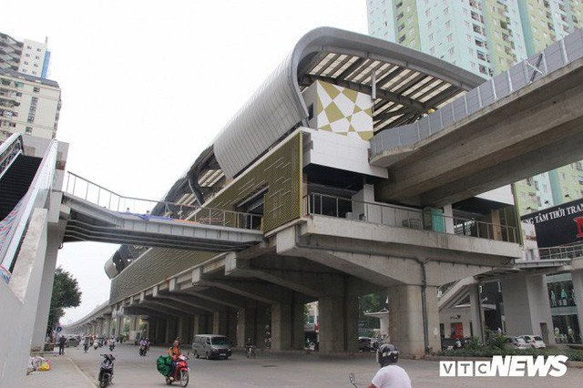 Ga tàu trên cao Cát Linh - Hà Đông: Thang cuốn phơi mưa nắng, bạt phủ rách tơi tả - Ảnh 1.