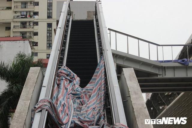 Ga tàu trên cao Cát Linh - Hà Đông: Thang cuốn phơi mưa nắng, bạt phủ rách tơi tả - Ảnh 2.