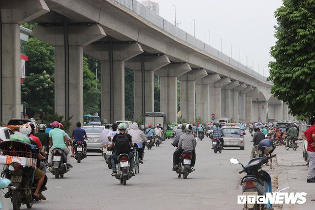 Ga tàu trên cao Cát Linh - Hà Đông: Thang cuốn phơi mưa nắng, bạt phủ rách tơi tả - Ảnh 11.