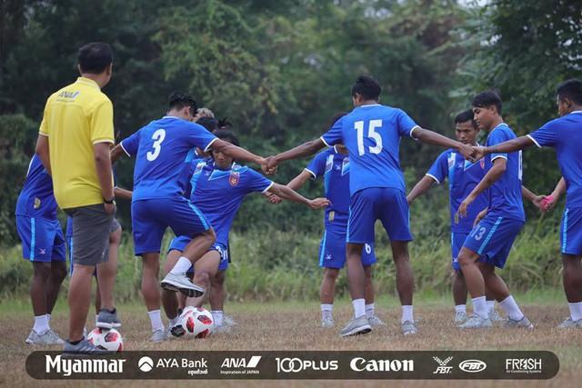 Sau Việt Nam, đến lượt Olympic Myanmar phải tập trên mặt ruộng - Ảnh 3.
