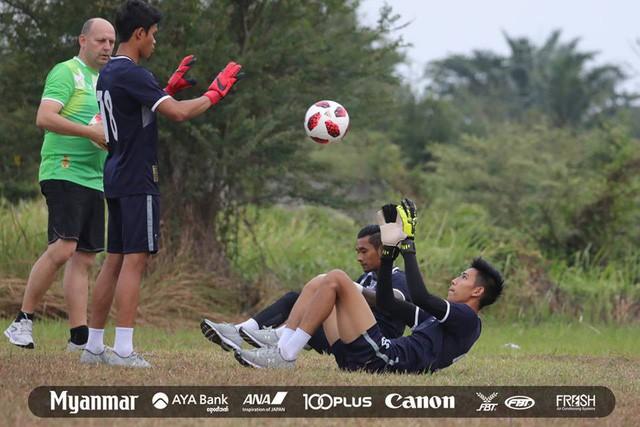 Sau Việt Nam, đến lượt Olympic Myanmar phải tập trên mặt ruộng - Ảnh 4.
