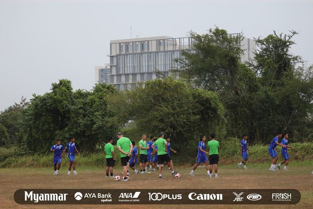 Sau Việt Nam, đến lượt Olympic Myanmar phải tập trên mặt ruộng - Ảnh 5.