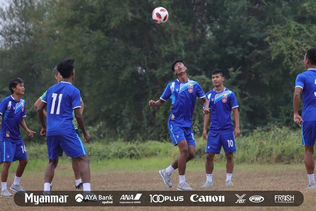 Sau Việt Nam, đến lượt Olympic Myanmar phải tập trên mặt ruộng - Ảnh 6.