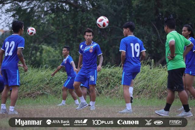 Sau Việt Nam, đến lượt Olympic Myanmar phải tập trên mặt ruộng - Ảnh 7.