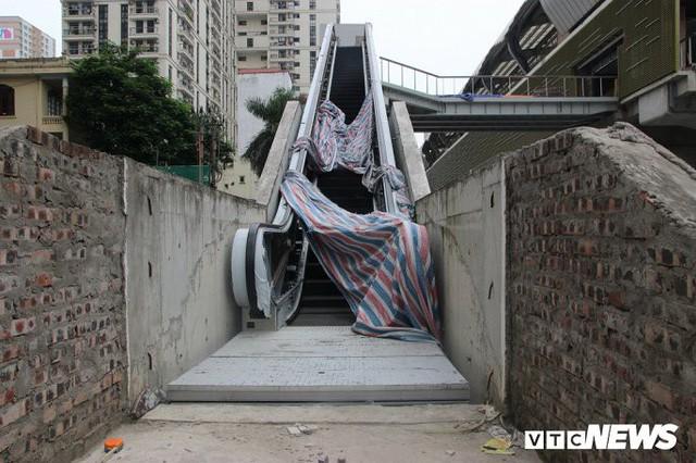 Ga tàu trên cao Cát Linh - Hà Đông: Thang cuốn phơi mưa nắng, bạt phủ rách tơi tả - Ảnh 9.
