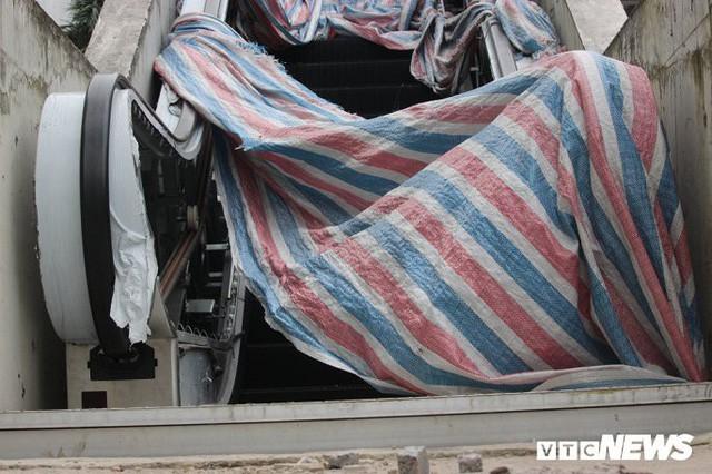 Ga tàu trên cao Cát Linh - Hà Đông: Thang cuốn phơi mưa nắng, bạt phủ rách tơi tả - Ảnh 10.