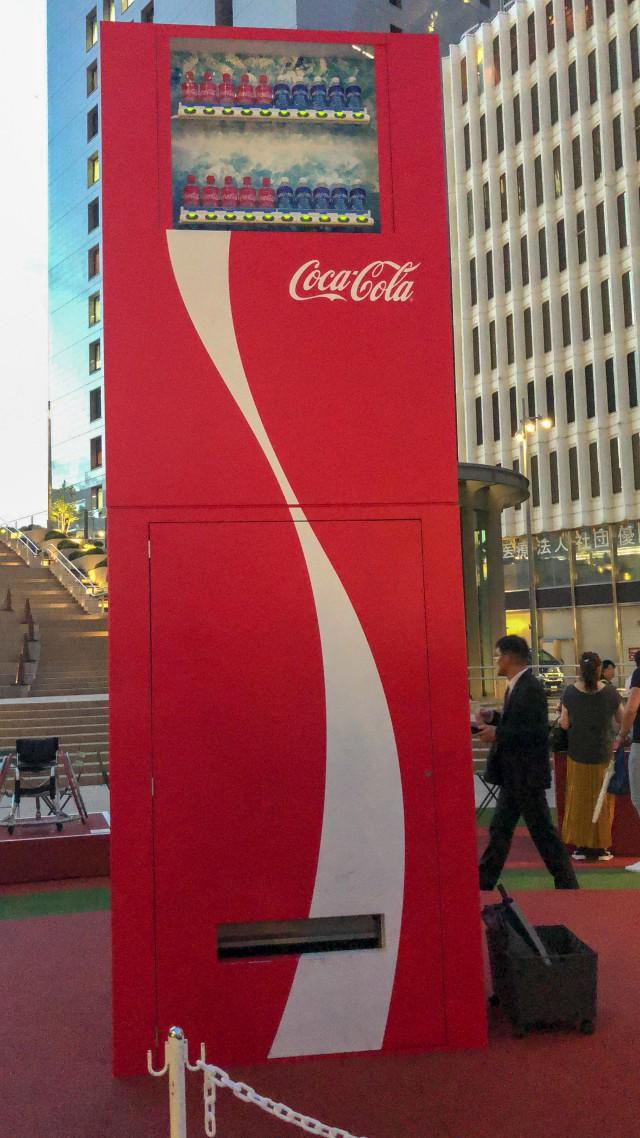 đầu tư giá trị - photo 1 1535021550085649454083 - Coca-cola chào đón Olympic Tokyo 2020 bằng máy bán hàng tự động cao 3 mét rưỡi, ai bật đủ cao sẽ có đồ uống miễn phí
