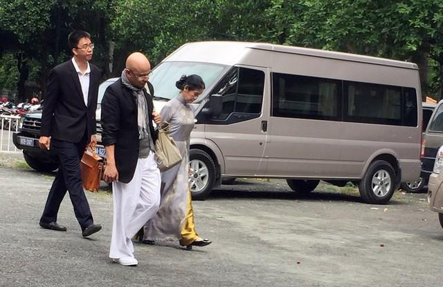 Ông Đặng Lê Nguyên Vũ đeo giỏ xuất hiện ở tòa TP.HCM - Ảnh 1.