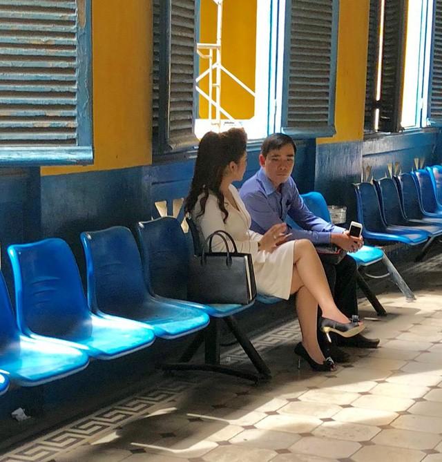 Ông Đặng Lê Nguyên Vũ đeo giỏ xuất hiện ở tòa TP.HCM - Ảnh 2.